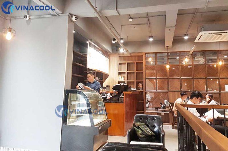 tủ bánh kem kính cong cho quán cafe sách